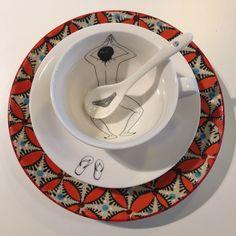 Favorit på R.O.O.M. Överraska kollegan genom att servera te/kaffe i denna underbara kopp! Kopp, fat och sked 119kr. Tallrik 99kr. #roombutiken #favoritpåroom