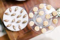 Micro wedding colorido com café colonial numa tarde encantadora em Curitiba – Corina Café Colonial, Cookies, Desserts, Food, Candy Table, Crack Crackers, Tailgate Desserts, Deserts, Biscuits