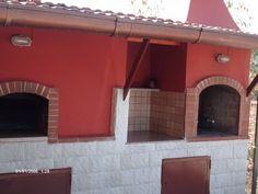 Un forno a legna professionale con accanto un barbecue; costruito senza l'aiuto di un esperto eccetto la costruzione della cupola . Nei commenti trovate la L...