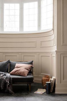 Cheap Home Decor Interesting curved window panelling pink cushion.Cheap Home Decor Interesting curved window panelling pink cushion Interior Architecture, Interior And Exterior, Interior Modern, Murs Beiges, Living Area, Living Spaces, Living Room, Trending Paint Colors, Home Decoracion