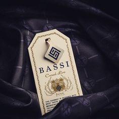 Sallantı etiketi \ Hangtag #tekstil #fashion #wear #style #moda #takimelbise #suit #menswear #erkekgiyim #textile #design #versace #gucci #tomford #massimodutti #wovenlabel #dokumaetiket #kartonetiket #matbaa #hangtag #klips #ipliklips #butik #abiye #osmanbey #laleli #merter #tisort #shirt #giyim by sayartetiket