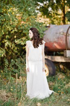 ©Xavier Navarro - Shooting inspiration - Mariage rustic rouge, bleu, jaune - Robe Rime Arodaky - La mariée aux pieds nus