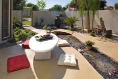 57 Beach Stones to Modern Backyard Designs Stone Backyard, Backyard Landscaping, Concrete Patio Designs, Concrete Patios, Modern Backyard Design, Backyard Designs, Patio Pictures, Garden Water Fountains, Beach Stones