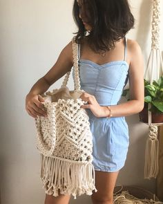 me as a model in my free time and being part of the team that struggles to accept the wrinkled clothes just to give a scale to this bag… Macrame Design, Macrame Art, Macrame Projects, Macrame Knots, Macrame Jewelry, Macrame Purse, Fabric Tote Bags, Art Bag, Boho Bags