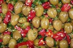 volìa cazzata. Nel mese di Ottobre le olive (volie) non ancora mature vengono schiacciate (cazzate) e conservate.