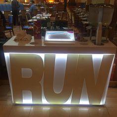 Vorbildliches Hotel für Läufer! Das motiviert oder macht ein schlechtes Gewissen wenn man aus dem Fahrstuhl drauf zu läuft!  Laufplan Handtuch Äpfel Wasser  #running #runnerscommunity #marathon #halfmarathon #runhappy #happyrunner #instarunners #trailrunning #5k #10k #triathlon #fitfluential #fitspo #runchat #trailrun #ultrarunning #FITFAM #halfmarathontraining #marathontraining #runnerspace #igrunners #runnersofinstagram #healthylifestyle