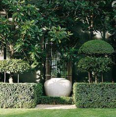 Large pale urn between stands out between clipped hedges (Anouska Hempel Design). Landscape Plans, Landscape Architecture, Landscape Design, Formal Gardens, Outdoor Gardens, Pot Jardin, Beautiful Gardens, Beautiful Landscapes, Garden Features