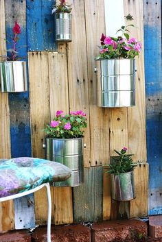 Create a living privacy screen with a palette coffee can garden. In this DIY, paint and soup cans would work too. Small Space Gardening, Gardening Tips, Beautiful Mess, Beautiful Gardens, Jardim Vertical Diy, Vertical Pallet Garden, Garden Pallet, Pallet Gardening, Tin Can Crafts