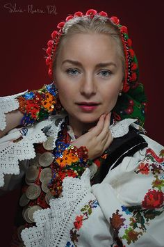 Beautiful Romanian in traditional attire.from bistro ta area . love her Romanian beautiful Polish Embroidery, Hand Embroidery, Folk Costume, Costumes, Flower Head Wreaths, Romanian Girls, First Humans, Traditional Outfits, The Incredibles