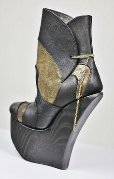 Kultakenkä taka! Wedges, Boots, Gold, Fashion, Crotch Boots, Moda, Fashion Styles, Shoe Boot, Fashion Illustrations