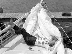 Frau liegt auf einem Segelboot, 1969 Juergen/Timeline Images #60er #60s #Segelboot #daydreams #entspannen #relax #enjoy #sleep #schlafen #tagträumen #Tagträumer #träumen #Sonne #Sommer #Nickerchen #nap