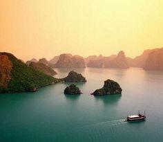 Uma das mais belas maravilhas naturais do mundo, Ha Long Bay traz aos seus visitantes mais de 3000 calcário cársticos, coberto com vegetação verdejante.