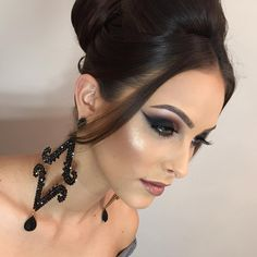 Produção belíssima de hoje Make: @michellypalmamakeup Penteado: @fernandaobino Acessorios: @amandamachadoacessorios Modelo: @tamyabreeeu _____ Today's wonderful production Makeup: @michellypalmamakeup Hairstyle: @fernandaobino Accessorizes: @amandamachadoacessorios Model: @tamyabreeeu