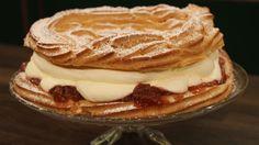 Vandbakkelseskrans med rabarber og flødeskum er en lækker dansk opskrift af Trine Hahnemann - 'Brød og Kager' fra FRIs Bageri, se flere dessert og kage på mad.tv2.dk