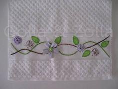 Toalhinha bordada a mão com flores de fuxico. Pode ser feita em outras cores. R$ 30,00