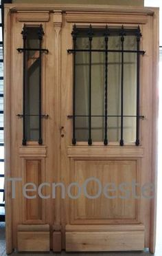 Puerta Y Media Abrir Madera Exterior 1/2 Reja Colonial 127cm Door And Window Design, Wooden Main Door Design, Exterior Colonial, Casa Patio, Wrought Iron Doors, Industrial House, Entrance Doors, Glass Door, New Homes