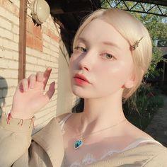 Your love is like a soldier, loyal till you die. Pretty People, Beautiful People, Alternative Makeup, Elegant Wedding Hair, Glass Skin, Pale Skin, Grunge Hair, Ulzzang Girl, Aesthetic Girl
