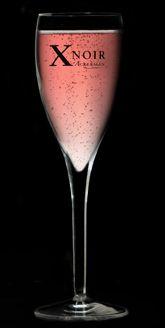 Lemon' Tea >> Dans des verres à long drink: (par personne)  0.5 cl de jus de citron  2 cl de crème de pèche  1.5 cl de Whisky  Compléter avec le X NOIR et quelques rondelles de citrons à tremper dans le verre.    Préparation :  Servez bien frais avec de la glace pilée pour une fraîcheur pétillante. Triple Sec, Yummy Drinks, Delicious Desserts, Cocktails Vin, Mets Vins, Saumur, Flute, Wine Glass, Champagne