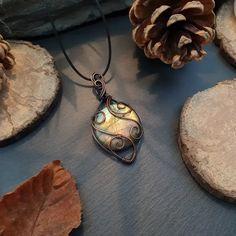 Pendentif pierre naturelle labradorite - Les Cristaux De Galadriel Pierre Labradorite, Pendant Necklace, Jewelry, Dark Wax, Handcrafted Jewelry, Crystals, Boucle D'oreille, Necklaces, Locs