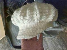 Basco in lana con visiera, tecnica uncinetto. Realizzabile per grandi e bambini.