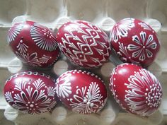 These are emptied chicken eggs' shells, base-painted with single color with a brush, and then painted with colored wax. The colors are long-lasting, so you can use the eggs as a decoration again for several years. Egg Crafts, Easter Crafts, Diy And Crafts, Easter In Poland, Polish Recipes, Polish Food, Easter Egg Designs, Ukrainian Easter Eggs, Easter Dinner