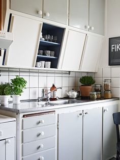 Will you consider cabinet refacing ideas? if you're looking to give your cabinets a refacing, have a look at these primary Kitchen Cabinet Refacing Ideas. Kitchen Inspirations, Kitchen Style, Home Kitchens, Vintage Kitchen, Refacing Kitchen Cabinets, Kitchen Design, Kitchen Remodel, Kitchen Dining Room, Home Decor