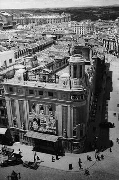 Old Pictures, Old Photos, Grey Wallpaper Iphone, Dream Theater, Movie Theater, Foto Madrid, Dark Paradise, Historical Pictures, Old City