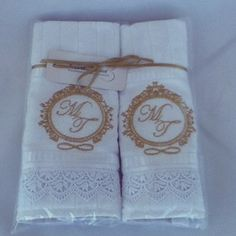 Toalhinhas bordadas com o monograma dos noivos. Disponível em: www.noivaemcasa.com.br