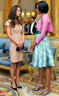 First Lady Michelle Obama meets the Duchess of Cambridge Kate Middleton Michelle Obama Fashion, Michelle And Barack Obama, Joe Biden, Barack Obama Family, American First Ladies, First Black President, Princesa Kate, Before Wedding, Kate Middleton Style