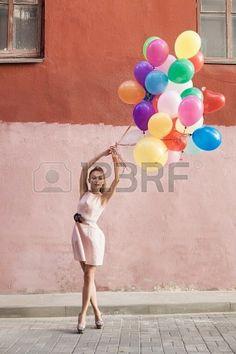 Mujer joven feliz con globos de colores en una calle - al aire libre Foto de archivo - 15477504