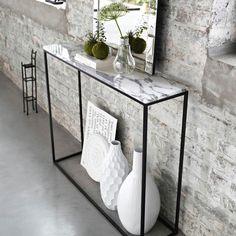 La tendance marbre se joue en petites touches dans la déco. Décorative ou utilitaire, cette console fine et étroite trouvera facilement sa place dans votre intérieur.