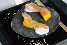 Scampi alla camomilla, gelatina di bitter Campari, mango e carbone vegetale - Ristorante Sadler - Milano