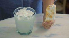 Receita com instruções em vídeo: Esse picolé torta de limão fica super gostoso, cremoso e com uma textura incrível.  Ingredientes: 200g de leite condensado, 350g de creme de leite fresco, 1 colher de sopa de raspas de limão, 2 colheres de sopa de suco de limão, 50g de biscoito maria em pedaços, 4 claras, 8 colheres de sopa de açúcar