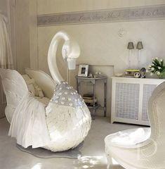 La habitación de bebé más tierna tiene una cuna con diseño de Cisne. Una obra exclusiva digna de una princesa. La cuna más bonita que hemos visto nunca.
