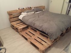 Neue Wohnung Palletbed bedroom pallet bed steigerhout Your Guide To Peg Pere Pallet Bed Frames, Wood Pallet Beds, Diy Pallet Bed, Diy Pallet Furniture, Bed Pallets, Bed Made Out Of Pallets, Diy Pallet Queen Bed Frame, Euro Pallets, Diy Furniture Decor
