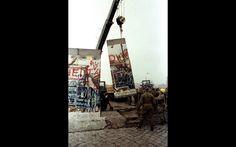 Pedaço do Muro de Berlim é erguido por um guindaste da Alemanha Oriental em Potsdamer Platz, em foto de arquivo do dia 12 de novembro de 1989