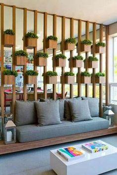 meuble séparateur pièce original, pots de fleurs et plateforme