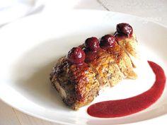 Вишня – редкий гость на наших кухнях. И хотя в замороженном виде она есть почти в каждом супермаркете, тянет на вишню все равно ближе к лету. Ну, как-то не идет она, скажем, в декабре, – видимо, слишком ярко и по-летнему выглядят блюда с вишней. Сегодня в меню – курица под вишневым соусом.