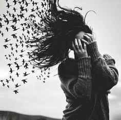 ptaki we włosach potargał wiatr
