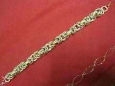 Elegante bracciale a catena con anelli di colore rosa oro ed oro, chiusura a moschettone di colore oro, lunghezza bracciale cm 22.