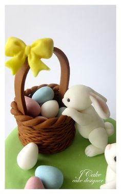 Try out these festive Easter cakes to wow your guests! They're beautiful and tasty recipes with an adorable Easter flare. Crea Fimo, Fimo Clay, Polymer Clay Projects, Easter Cupcakes, Easter Cookies, Easter Cake, Fondant Cupcakes, Fondant Animals, Clay Animals