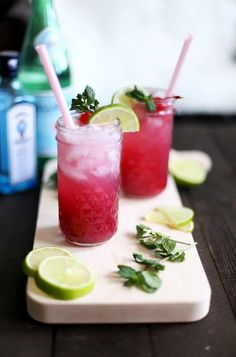 This Singapore Sling is the perfect refreshing summer cocktail! Vintage Cocktails, Classic Cocktails, Cocktail And Mocktail, Cocktail Recipes, Drink Recipes, Singapore Sling Cocktail, Mojito Ingredients, Yummy Drinks, Yummy Food
