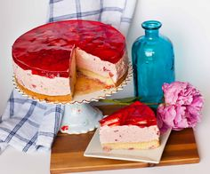 Stunning strawberry mousse cake with strawberry sponge cake, fluffy mousse filling and topped with a layered strawberry jello topping! Lemon Mousse Cake, Strawberry Mousse Cake, Strawberry Sponge Cake, Strawberry Topping, Vanilla Sponge Cake, Strawberry Desserts, Chocolate Strawberries, Vanilla Cake, Strawberry Fields