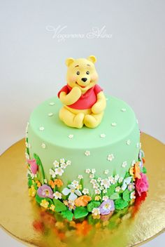 Winnie the Pooh Geburtstagstorte, Zuckerpaste / Fondantblumen - birthday Cake White Ideen Winnie Pooh Torte, Winnie The Pooh Birthday, Fondant Cakes, Cupcake Cakes, Cake Fondant, 3d Cakes, Fondant Figures, Beautiful Cakes, Amazing Cakes