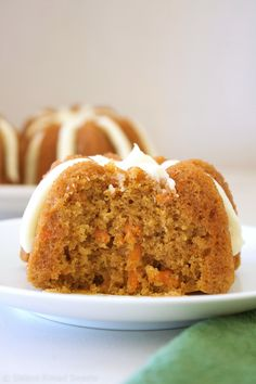Mini Carrot Bundt Cakes This is the best carrot cake recipe we have ever had and makes the most delicious, flavorful, and moist cake! These mini bundt cakes are adorable and make the perfect treat for Easter! Carrot Cake Bundt, Mini Carrot Cake, Best Carrot Cake, Mini Bundt Cake, Pound Cake, Mini Desserts, Just Desserts, Dessert Recipes, Mini Bunt Cake Recipes