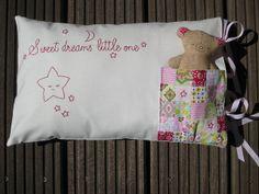 Cojín con bolsita para Oso, bordado con estrella y listones