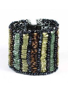 BRACELETE ARMEE - Bracelete feita a mão em crochê com fio de cobre esmaltado preto e contas de vidro.