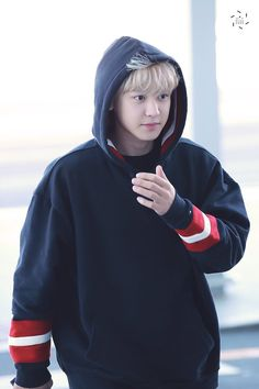 EXO Chanyeol at the airport heading to Shanghai for Tommy Hilfiger Fashion Show Kaisoo, Baekhyun, Chanyeol Cute, Park Chanyeol Exo, Exo Ot12, Kpop Exo, Rapper, Kim Jong Dae, Tommy Hilfiger Fashion