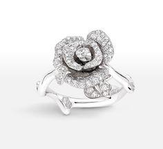 La bague Rose Dior Bagatelle en version soir http://www.vogue.fr/joaillerie/shopping/diaporama/bijoux-day-night-version-jour-et-soir/17398/image/929847#!la-bague-rose-dior-bagatelle-en-diamants
