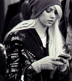 She's so pretty without all that raccoon makeup Taylor Momsen, Taylor Michel Momsen, Gossip Girl Fashion, Gossip Girls, Girl Beanie, Slouchy Beanie, Jenny Humphrey, Edgy Girls, Pretty Reckless